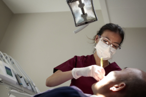 Par conséquent, il est recommandé de procéder à un détartrage par un(e) hygiéniste dentaire, à raison d'une à deux fois par année